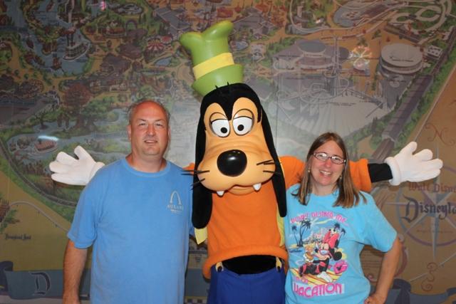 Goofy Lobby Disneyland Hotel Vacation Pictures Disney ...