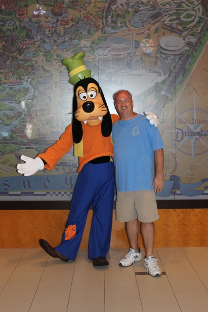Goofy Lobby Disneyland Hotel Vacation Pictures Disney ...